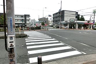 交差点を左に曲がります